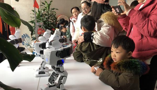 """郑州这场""""小小创客嘉年华""""活动好嗨呦 跳舞机器人变身""""小网红""""插图2"""